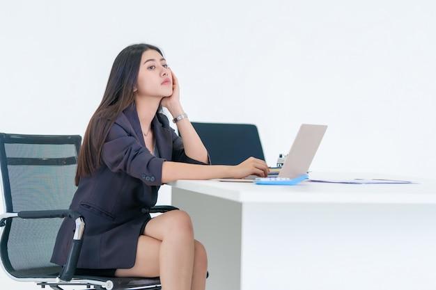 Bürofrau gelangweilt über ihre arbeit am schreibtisch
