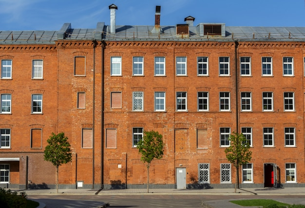 Bürogebäude aus rotem backstein im yard der alten fabrik
