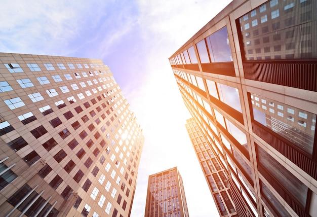 Bürogebäude blick bei sonnenuntergang von oben