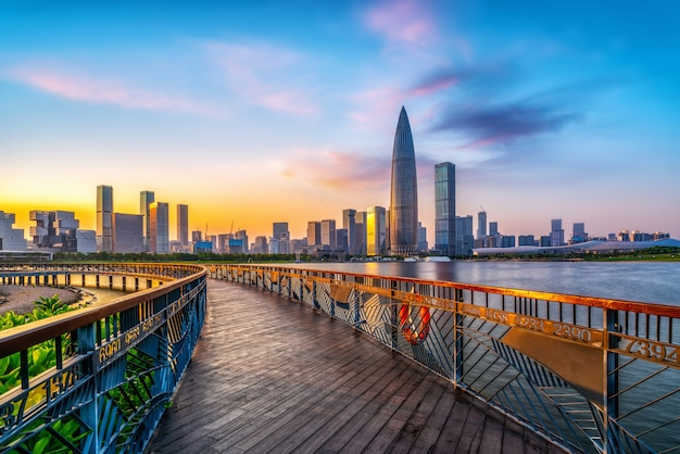 Bürogebäude des modernen gebäudes und städtische skyline im finanzviertel von shenzhen