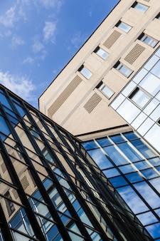 Bürogebäude hautnah mit großen glasfenstern