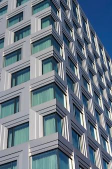 Bürogebäude mit eckfenstern