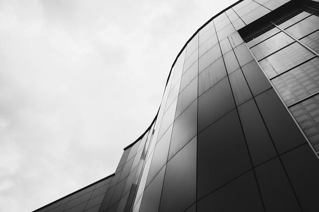 Bürogebäude mit geschwungener fassade