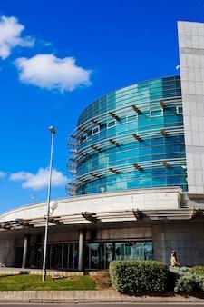 Bürogebäude mit großen fenstern und modernem stil