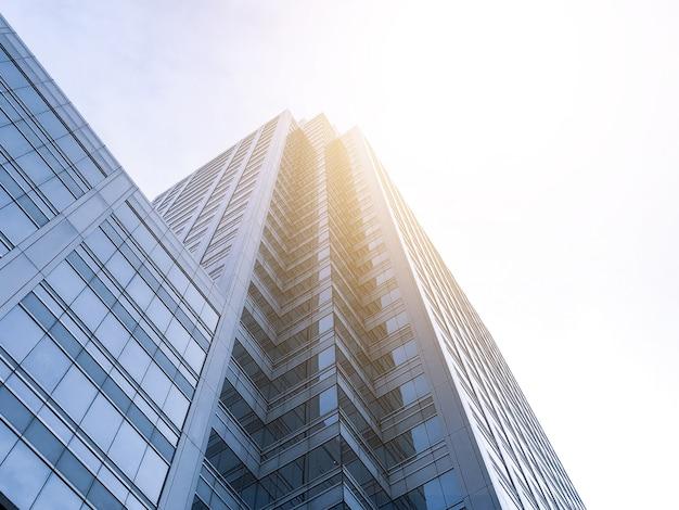 Bürogebäude ragen mit sonnenlicht in den himmel.