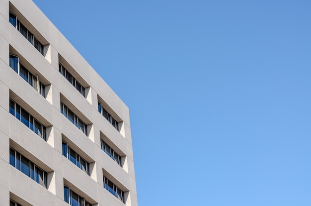 Bürogebäude und hintergrund des blauen himmels