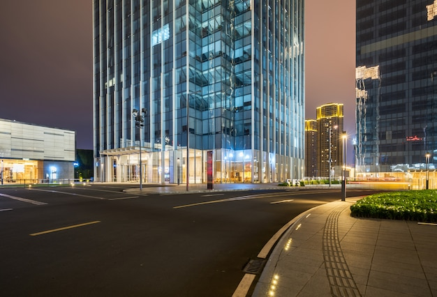 Bürogebäude und landstraßen nachts im finanzzentrum, chongqing, china