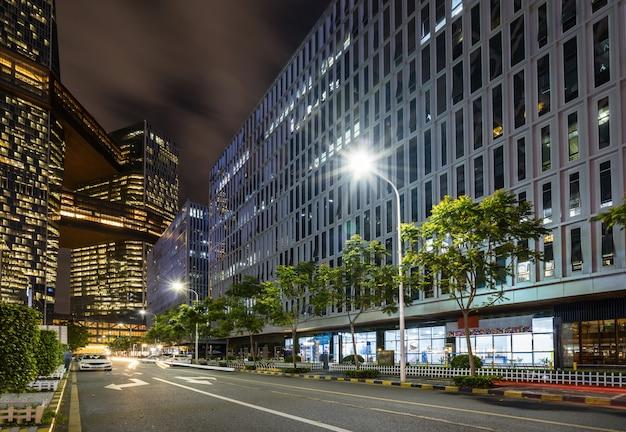Bürogebäude und landstraßen nachts im finanzzentrum, shenzhen, china