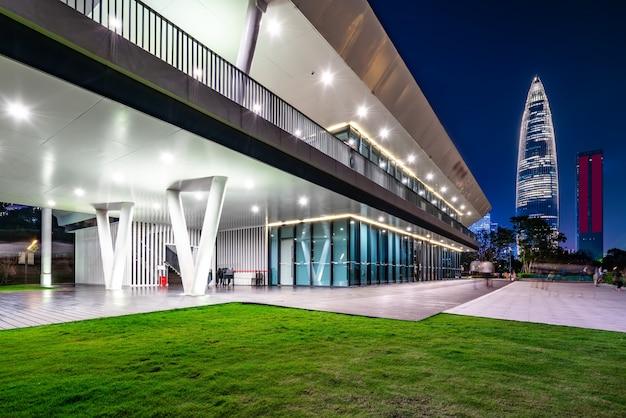 Bürogebäude und nachtansicht des finanzviertels von shenzhen