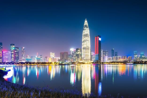 Bürogebäude und nachtansicht des shenzhen financial district