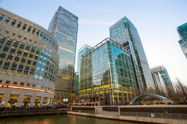 Bürogebäude und reflexion in london, england,