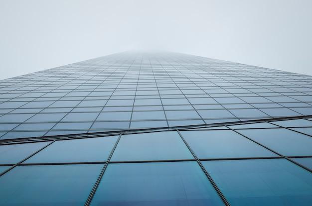 Bürogebäude. wolkenkratzer. bewölktes gebäudeäußeres