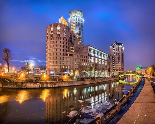 Bürogeschäftszentrum auf dem kanal auf paveletskaya in moskau in den morgenlichtern