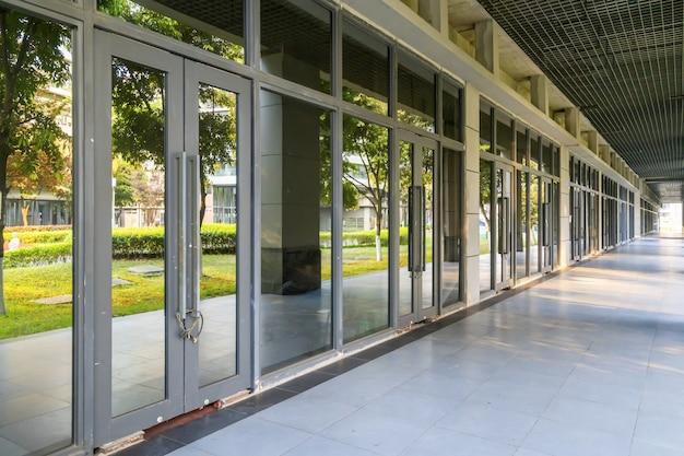 Büroglasfenster und leerer boden im finanzviertel, chongqing, china