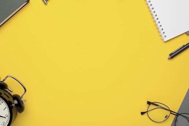 Büroheft, wecker, brille und papiere