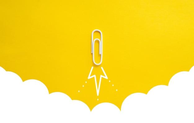 Büroklammer-rakete oder flugzeugstart konzept des starts oder des erfolgs von unternehmensgründungen
