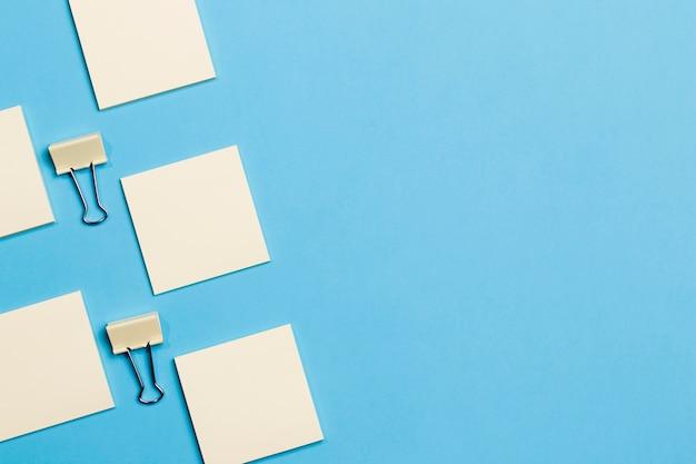 Büroklammern und notizen von oben mit kopierraum