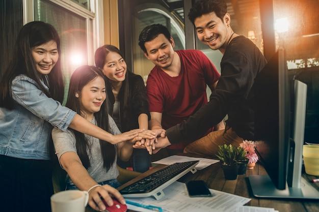 Büroleben, glückgefühl des freiberuflich tätigen teams, das im jobprojekt erfolgreich arbeitet