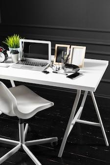 Büroleder-schreibtischtisch mit computer, versorgungen