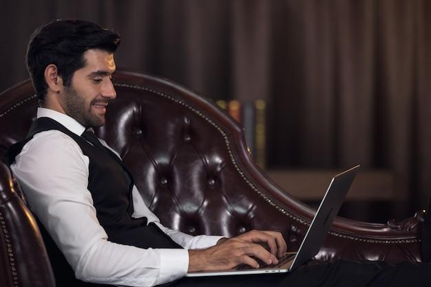 Büroleiter, der am computer an seinem schreibtisch arbeitet