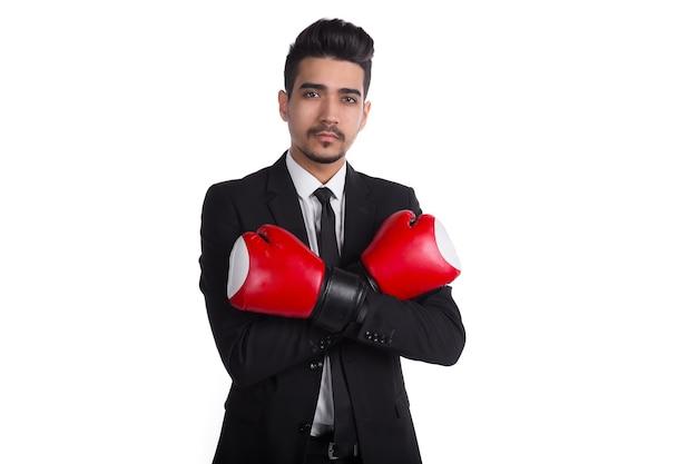 Büroleiterin in anzug und boxhandschuhen