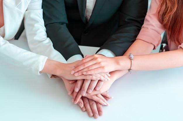 Büroleute, die hand für geschäftsteamerfolgskonzept zusammenfügen