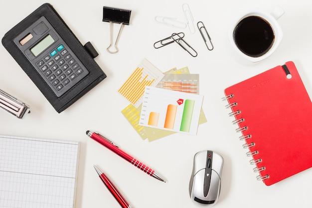Büromaterial auf einem tisch