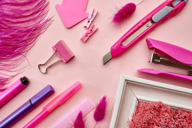 Büromaterial liefert, rosa hintergrund. schul- oder bildungszubehör, schreib- und zeichenwerkzeuge, bleistifte und lineal, hefter und kugelschreiber