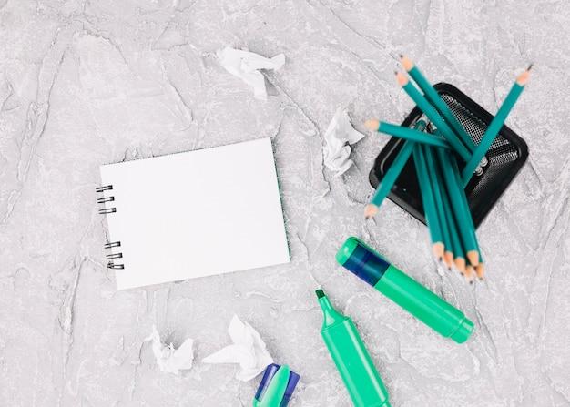 Büromaterial und notizblock