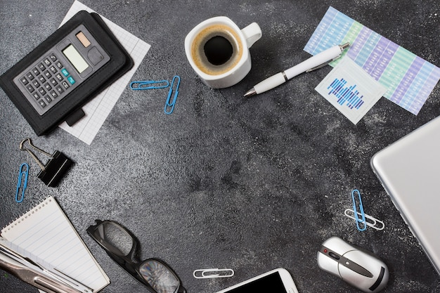 Büromaterialrahmen auf einer tabelle