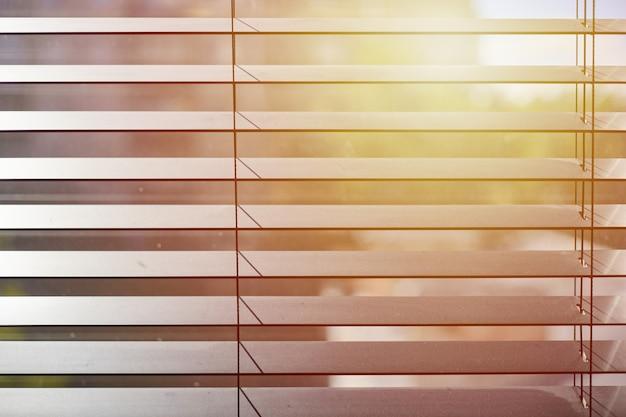 Bürorollos. moderne hölzerne jalousie. steuerung der beleuchtungsreichweite im büro-besprechungsraum.