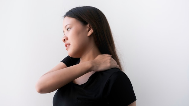 Bürosyndrom mit jungen asiatischen geschäftsfrau-schulterschmerz, bürosyndromkonzept.
