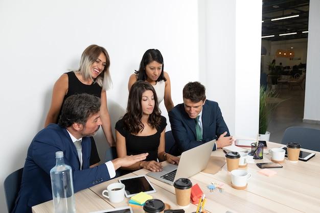 Bürotreffen mit mitarbeitern