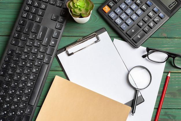 Bürowerkzeuge auf grauem hölzernem draufsichtabschluß oben