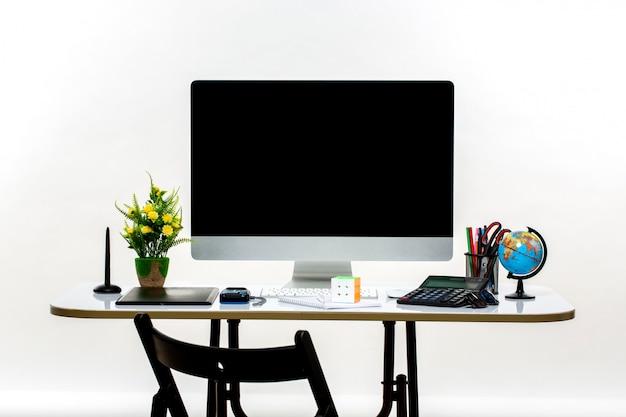 Bürowerkzeuge und pc auf dem schreibtisch