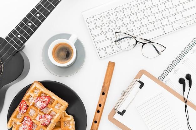 Bürowerkzeuge und waffeln im büro