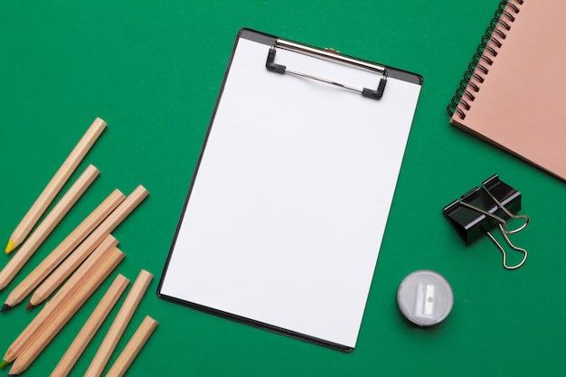 Bürozubehöre und briefpapier auf grün