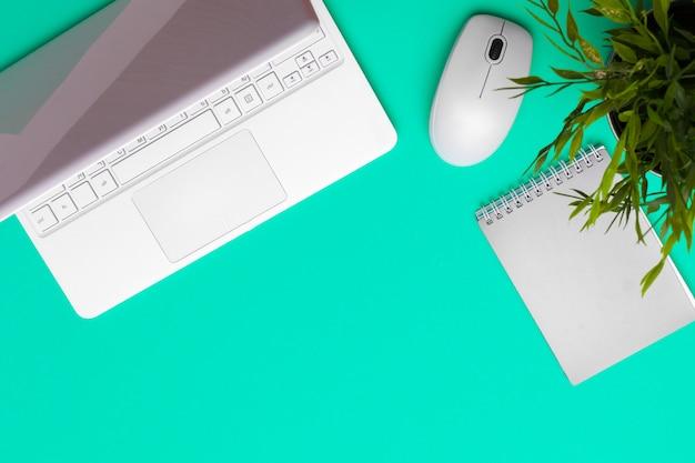 Bürozubehöre und briefpapier auf grünem hintergrund