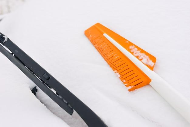 Bürste zum reinigen von schnee vom auto