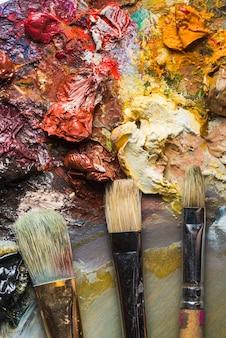 Bürsten auf schmutziger palette