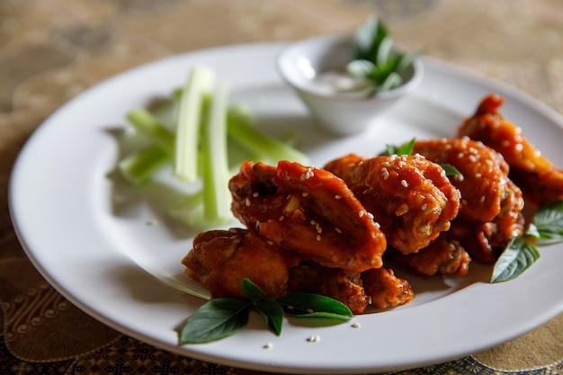 Buffalo wings, brathähnchen mit scharfer und würziger sauce