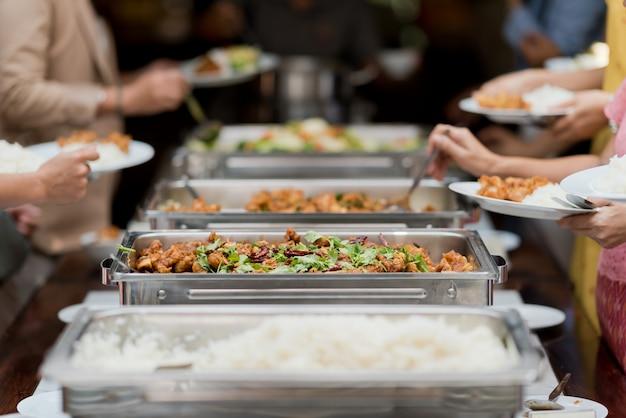 Buffet-essen, catering-party im restaurant, mini-häppchen, snacks und vorspeisen