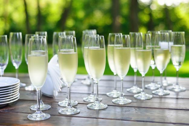 Buffet mit champagner bei einer hochzeit