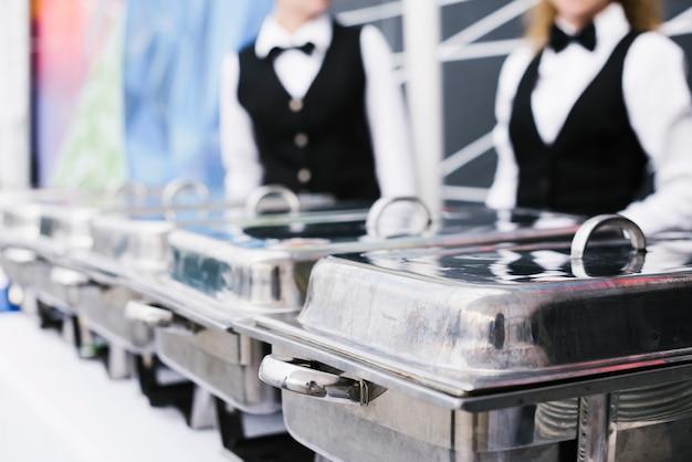 Buffet mit frischen lebensmitteln zum servieren