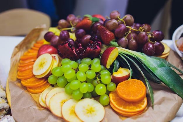 Buffettisch an der rezeption mit burgern, kalten snacks, fleisch und salaten.