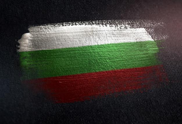 Bulgarien-flagge gemacht von der metallischen bürsten-farbe auf dunkler wand des schmutzes