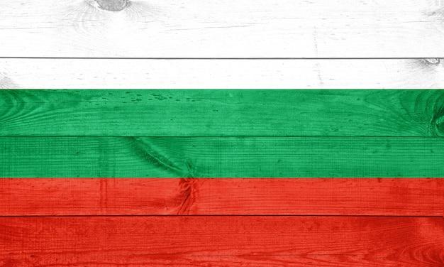 Bulgarische flagge auf holzbeschaffenheitshintergrund