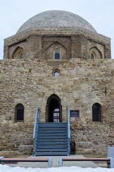 Bulgarische siedlung. kalkstein schwarze kammer gebaut im 14. jahrhundert in bolgar, tatarstan, russland.
