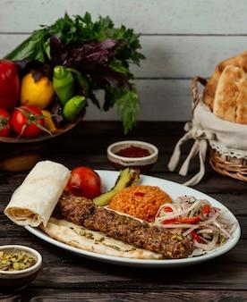 Bulgur mit fleischrindfleisch und zwiebeln auf einem holztisch