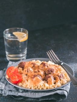 Bulgur und fleischklöschen in der platte